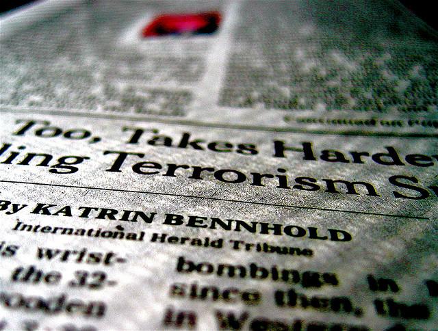 Foto de página de jornal sobre terrorismo