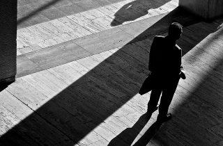 """Estão as fontes anónimas a transformar a política num """"teatro de sombras""""?"""
