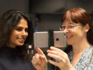 Corinne Podger demonstra o funcionamento de uma app de jornalismo mobile à estudante Shantelle-Ann Marquis. Foto de Andrew Brain.